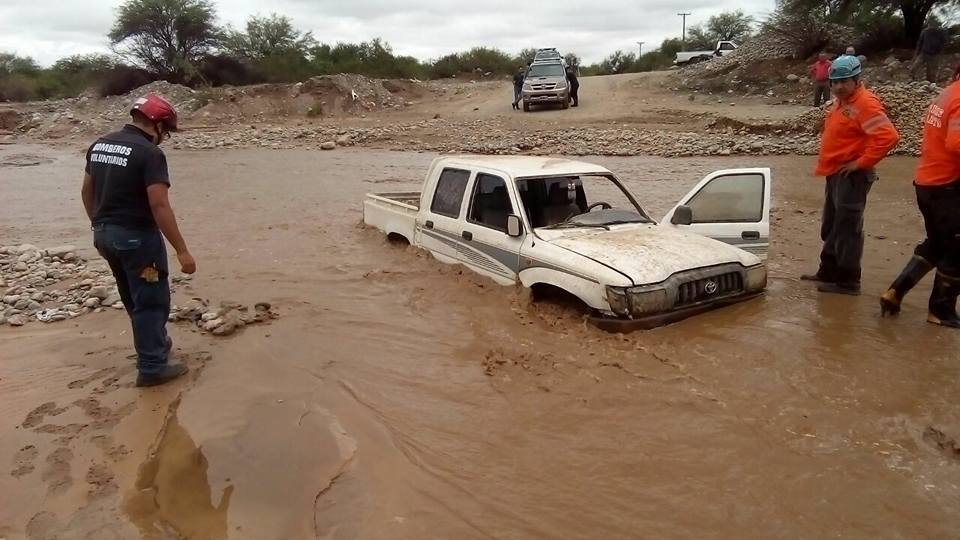 Rescatan una camioneta Hilux que fue atrapada por la creciente en Malligasta [VIDEO]