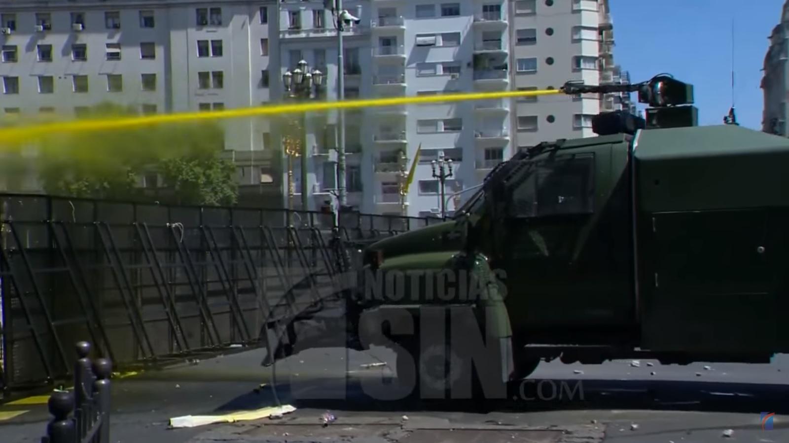 Violenta represión en plaza de mayo