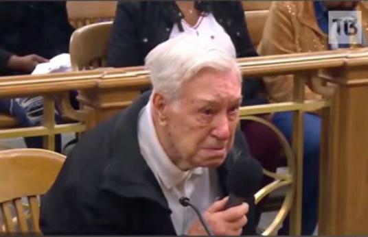 Conmovedor...! Anciano de 96 años conmovió a juez tras ser acusado de exceso de velocidad